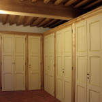 Casa Ravera, Bene Vagienna, Salle des armoires. Opérations effectuées : plafond en bois, armoires avec portes anciennes
